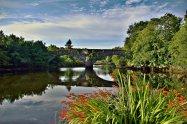 Panorama kamenného mostu přes irskou řeku