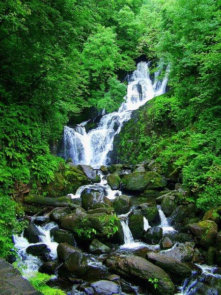 Vodopád torc waterfall u jezera muckross lake